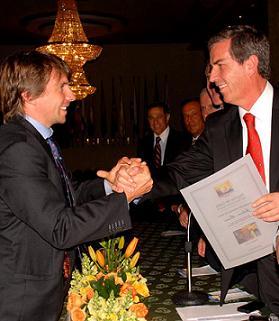 Gabriel Sanchez Sierra, Presidente de la FCT entrega reconocimiento a Julian Mauri